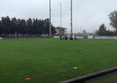Rissa durante una partita di rugby. L'arbitro esce dal campo ferito
