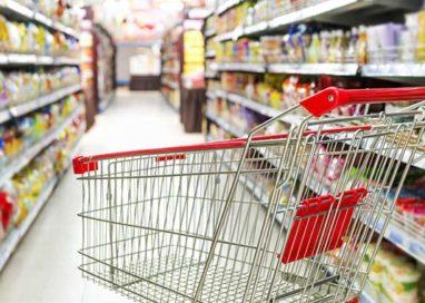 Furbetto in Esselunga, cambiava le etichette per pagare meno