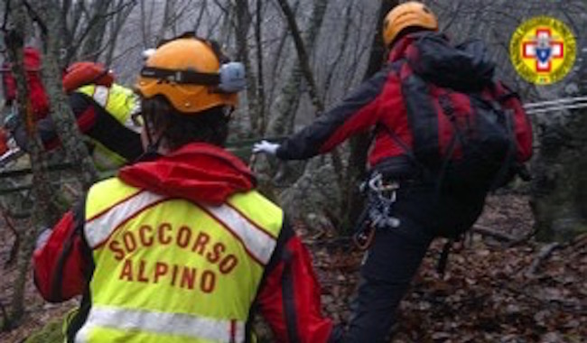 Cade motociclista a Bazzano. Ambulanza nel fango, soccorsi impervi