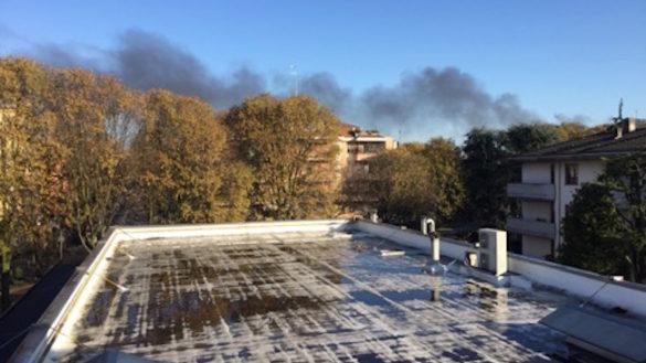 Scuola in fiamme: incendio nella palestra della Newton